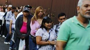 Venezuelanos fazem fila para votar para presidente.
