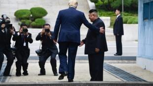 Trump pasando la frontera entre las dos Coreas, 30 de junio de 2019.