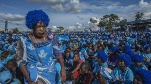 Le 7 avril 2019, les militants du Parti démocratique progressive (DPP) attendent dans un stade de la capitale le lancement officiel de la campagne électorale par le président du pays Peter Mutharika, issu de leurs rangs.