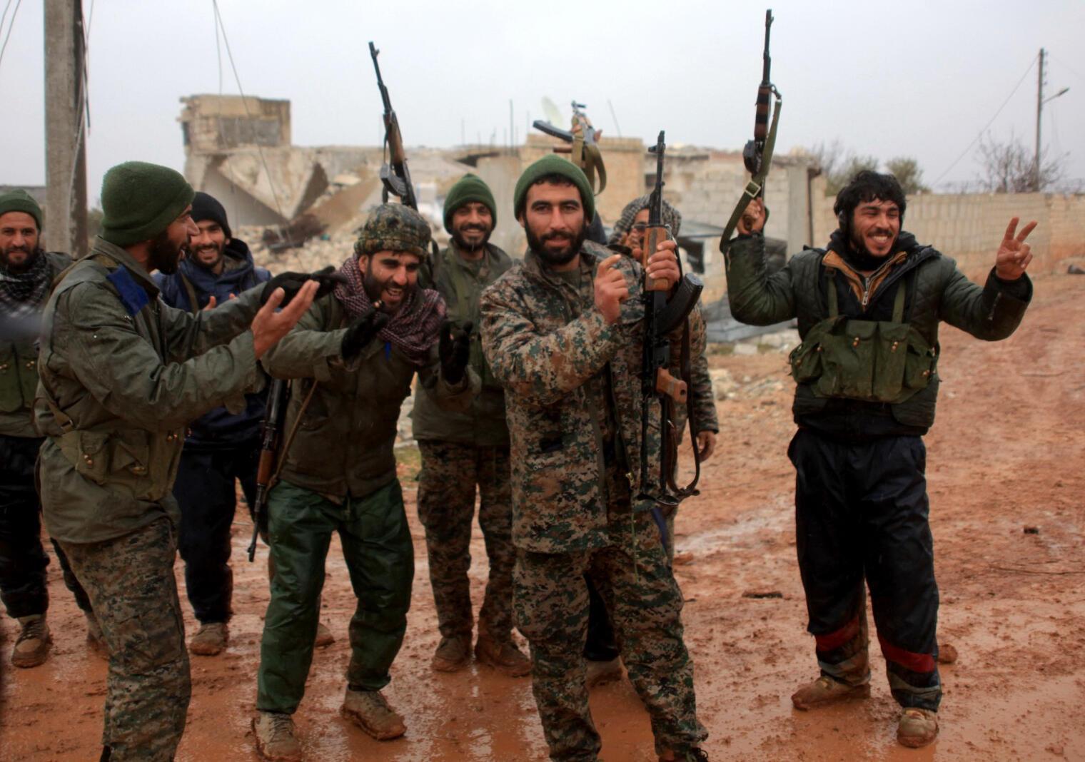 Askari wa jeshi la serikali ya Syria wakisherehekea baada ya kukiteka Kijiji cha Ratian, kaskazini ya jimbo la Aleppo, Februari 6, 2016.