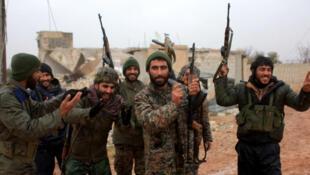 Soldados del régimen sirio celebrando la toma de la ciudad de Ratian, al norte de Alepo, el 6 de febrero de 2016. .