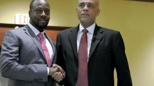 A vedeta mundial do hip-hop, Wyclef Jean (à esquerda) e  o presidente -eleito, Michel Martelly (à direita), em Port-au-Prince no dia 16  de Fevereiro de 2011.