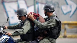 Detenciób de manifestante durante protesa contra el gobierno de Nicolás Maduro, el 27 de julio de 2017 en Caracas.