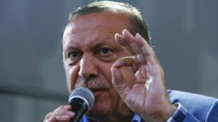 Le président Recep Tayyip Erdogan devant ses partisans à Istanbul, le 16 juillet 2016.