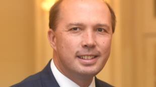 Le ministre australien de l'Intérieur Peter Dutton, ici lors de son arrivée au gouvernement à Canberra le 19 juillet 2016, a annoncé qu'il examinerait la possibilité de créer des visas humanitaires pour les fermiers blancs sud-africains.