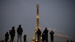 Эйфелева башня вечером, 1 октября