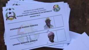 Des bulletins de vote affichant les noms de Domingos Simoes Pereira, et Umaro Sissoco Embalo, dans un bureau de vote lors du deuxième tour de l'élection présidentielle de Bissau, le 29 décembre 2019.