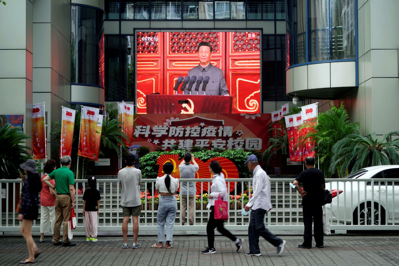 Diffusion du discours du président chinois Xi Jinping, dans une rue de Shangaï, le 1er juillet 2021, à l'occasion des 100 ans du Parti communiste chinois.