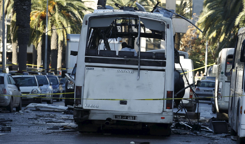 La police contrôle un bus de la garde présidentielle tunisienne sur les lieux de l'attentat-suicide à Tunis, le 25 novembre 2015.