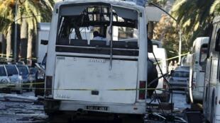 La police contrôle un bus de la garde présidentielle tunisienne sur les lieux d'un attentat-suicide à Tunis, le 25 novembre 2015.