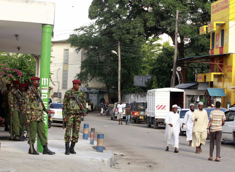 Des membres des GSU (forces militaires et de police kényanes) surveillent la rue après l'assassinat d'un dignitaire musulman, Cheikh Mohammed Idris, à Mombasa, le 10 juin 2014.