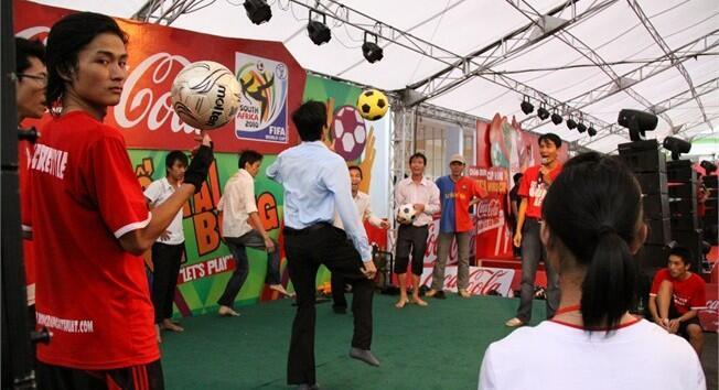 Người Việt Nam vui mừng đón cúp bóng đá thế giới FIFA đến Thành phố Hồ Chí Minh vào tháng giêng năm 2010.