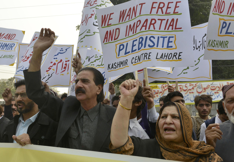 Manifestations de Pakistanais qui appellent au boycott des élections au Cachemire indien, le mardi 25 novembre 2014.
