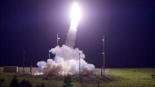 Tên lửa bắn chặn của hệ thống lá chắn THAAD được phóng đi từ căn cứ ở Kodiak,  Alaska, Hoa Kỳ, ngày 11/07/2017