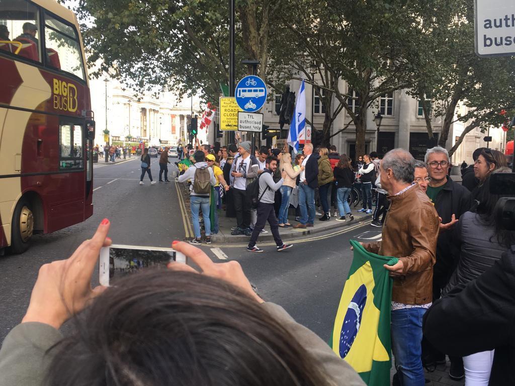 As filas se espalharam por várias calçadas na região de Londres onde fica a Embaixada brasileira, local de do país..