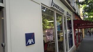 Logo de l'assureur AXA sur la façade d'une de ses agences dans le 20e arrondissement de Paris.