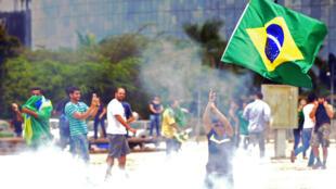 Des manifestants brésiliens se rassemblent près du Planalto, le lieu de résidence du président du pays, à Brasilia pour s'opposer au gouvernement de Dilma Roussef, le 17 mars 2016.