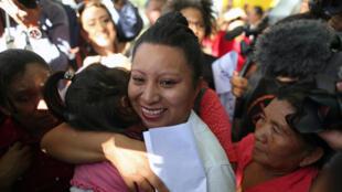 Teodora Vásquez abraza a su sobrina tra salir de prisión, el 15 de febrero de 2018.
