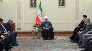 روحانی در دیدار برخی اعضای دولت و مسوولان گفت که «حدود ۷۵ درصد» مردم ایران در «شرایط فشار» قرار دارند که این تعداد بر اساس محاسبات دولت ایران «۱۸ تا ۱۹ میلیون خانوار و جمعیتی در حدود ۶۰ میلیون نفر» را شامل میشوند.