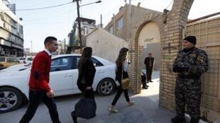 Membro das forças de segurança do Iraque vigia a porta de entrada da Igreja Católica do Sagrado Coração, em Bagdá, antes da missa de Natal, nesta quinta-feira, 25 de dezembro de 2014.