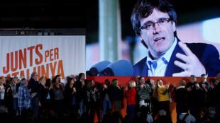 Cựu chủ tịch Catalunya Carles Puigdemont, đang lẩn trốn tại Bỉ, xuất hiện trên màn hình trong chiến dịch vận động tranh cử lập pháp vùng, Barcelona, ngày 04/12/2017