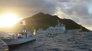 Tàu Trung Quốc (giữa) chạm trán với tuần duyên Nhật gần đảo Uotsuri, thuộc quần đảo Senkaku/Điếu Ngư.