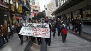 Espanhois fazem protestos em Madrid contra expulsões imobiliárias.