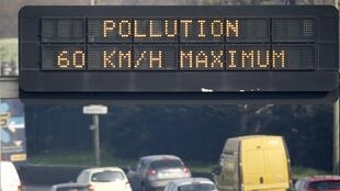 On the Paris motorway, the speed limit has been lowered to 60 km/hour, whilst public transport has been made free