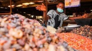 Un commerçant derrière son stand dans un marché de Lagos, en période de pandémie, le 30 mars 2020.