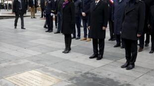 Le président Hollande, son Premier ministre Manuel Valls et la maire de Paris Anne Hidalgo, ce dimanche 10 janvier 2015 devant la plaque commémorative de la place de la République à Paris.
