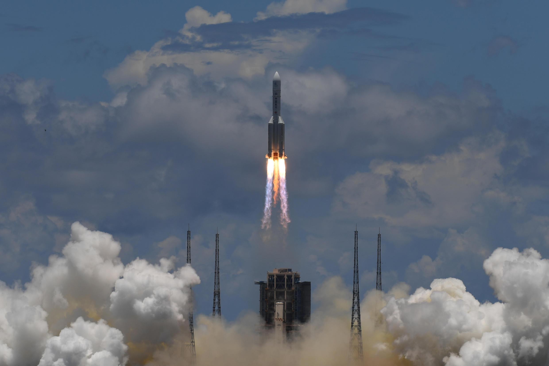 El cohete Larga Marcha-5, con un orbitador de observación, un aterrizador y un robot de control remoto a bordo de la misión Tianwen-1 en Marte, despega del Centro de Lanzamiento Espacial de Wenchang, en China, el 23 de julio de 2020
