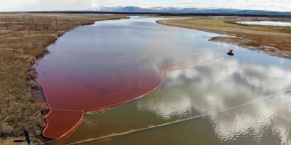 Esta foto tirada e divulgada pelo Serviço de Resgate Marítimo Russo em 3 de junho de 2020 mostra um grande vazamento de diesel no rio Ambarnaya, em Norilsk.