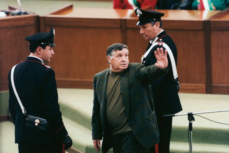 Salvatore Riina dit Totò Riina, la plus importante figure de la mafia sicilienne, ici en mars 1993, devant le tribunal de Palerme.