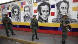 Des soldats vénézueliens montent la garde à la fontière avec la Colombie.