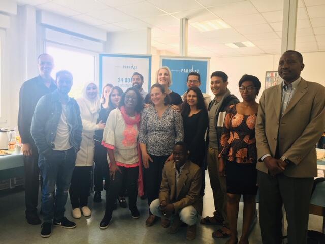 Các sinh viên chụp ảnh lưu niệm với giám đốc Frédérique Pharaboz và trợ lý giám đốc, cô Eveline Marques, trung tâm Espace Langues, đại học Paris 13, ngày 14/06/2019.