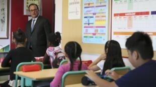 O Presidente francês, François Hollande, visitou algumas escolas esta manhã.