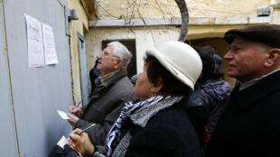 Le personnel militaire et les résidents de Crimée se sont précipités pour demander un passeport russe à Sebastopol en Crimée, le 20 mars 2014.