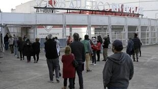 People queue to be vaccinated against the Covid-19 in Buenos Aires, on May 28, 2021.