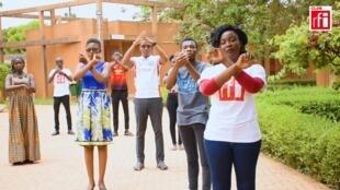Des jeunes du Club RFI Ouagadougou durant le tournage d'un clip vidéo pour la prévention.
