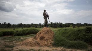 mwanajeshi wa FARDC akipiga doria nje ya mji wa Oïcha, wilayani Beni mashariki mwa DRC.