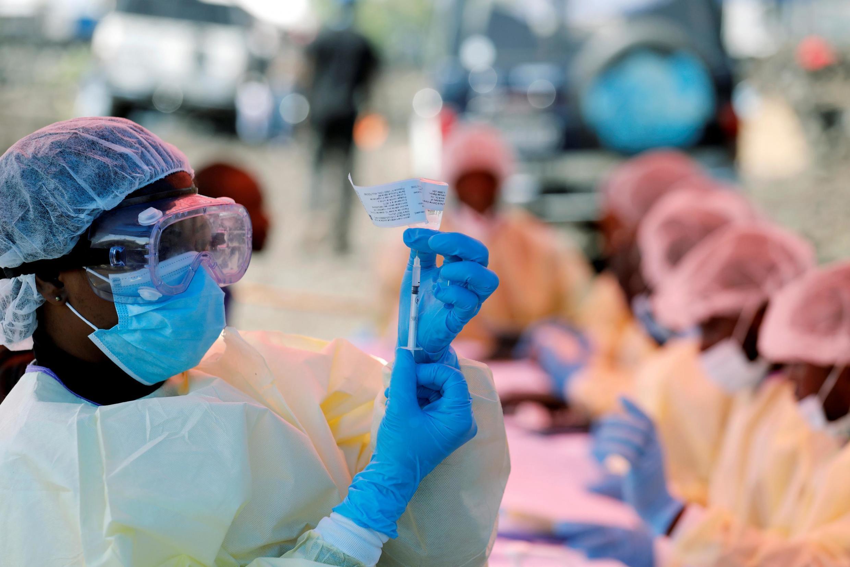 Wasu jami'an Lafiya da ke shirin tunkarar aikin rigakafin na Ebola.