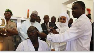 Shugaban asibitin sanye da kaki, Dr. Oumara Maman, da ministan kiwon lafiya Dr. Ilyasu Idi Mainasara, sai kuma Firaministan Briji Rafini na duba yadda aiki ke gudana a asibitin kwararru na Niamey