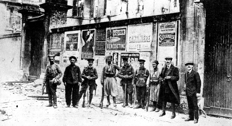 Des tirailleurs africains posent avec des soldats britanniques, lors de la Première Guerre mondiale à Soissons, France, 1914.