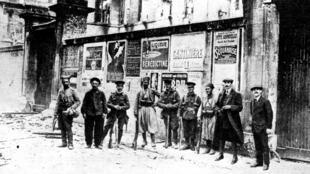 Des tirailleurs africains posent avec des soldats britanniques alliés, lors de la Première Guerre mondiale à Soissons, France, 1914.