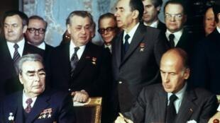 000_8WD82L Valéry Giscard d'Estaing et Leonid Brejnev 1977