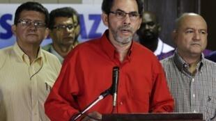 O representante das Farc, Pastor Alape, disse que a guerrilha ficou surpresa com a decisão do governo colombiano de suspender as negociações de paz.