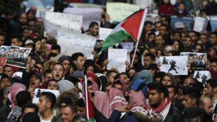 Les Palestiniens manifestent dans le centre-ville de Ramallah en Cisjordanie contre la coopération sécuritaire entre les forces de sécurité palestiniennes et israélienne, le 13 mars 2017.