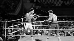 Mohamed Ali bat George Foreman à Kinshasa, le 30 octobre 1974. Il redevient ainsi champion du monde, à 32 ans après que la justice l'a destitué de ses titres.