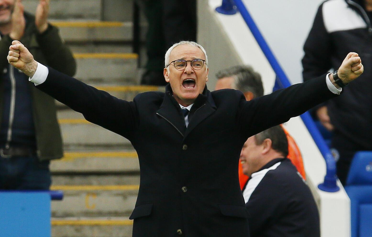 Kocha wa Leicester City ,Claudio Ranieri, akisherehekea bao la tatu la Leonardo Ulloa..
