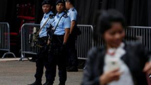 香港街头巡逻的警察。摄于2017年4月30日
